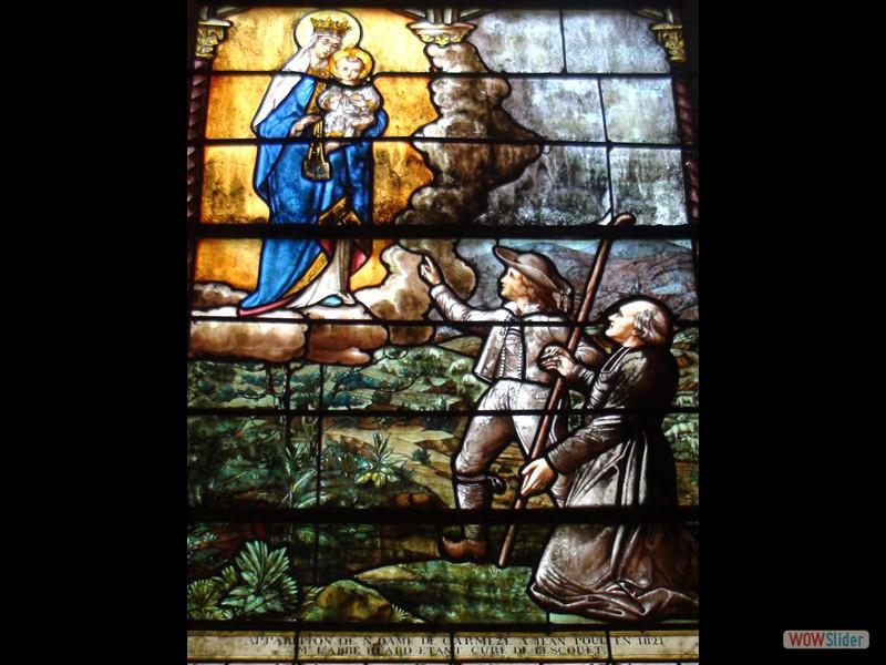 Pardon IV Karmez Lescouët Gouarec 2016 Vitrail dans la chapelle l'apparition de la Vierge