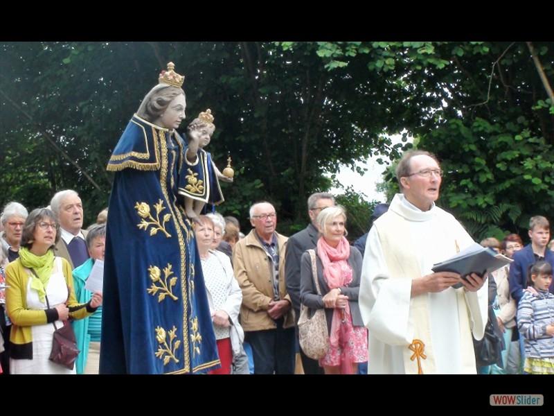 Pardon IV Rosquelfen ND de Bon Secours Laniscat 2017 la procession ND de Rosquelfen et le père Yves RIO. (800x479)